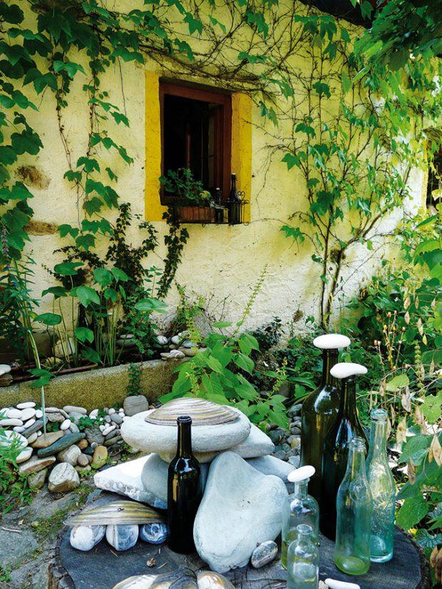 Paní domu dokáže izmála vytvořit překrásné přírodní dekorace. Zahradu tak zdobí staré předměty, které naše předky provázely každodenním životem. FOTO LUCIE PEUKERTOVÁ