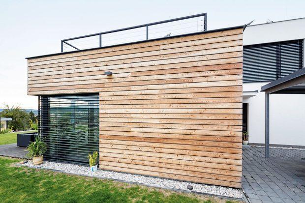 Menší kvádr má provětrávanou dřevěnou fasádu kotvenou na kontaktně lepenou tepelnou izolaci. FOTO: J.A.P. spol. s r.o.