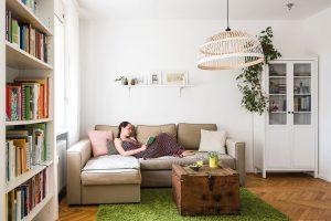 """Obývací pokoj udělali znejmenší místnosti vbytě. """"Má hodně světla, což je podle mne vdenním prostoru důležité. Navíc jsme ho mohli spojit skuchyní, což je praktické, azároveň tak obývací pokoj působí větším dojmem."""" Foto Jakub Čaprnka aNora Sapárová"""