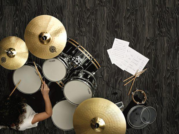Vinylová podlaha Expona Commercial patří mezi vysoce kvalitní typy vinylových podlah – má reliéfní nášlapnou vrstvu aje kdispozici ve zhruba 50 variantách sdesignem dřeva, kamene, dlažebních kostek, překližky, tkané textilie adalších. Její značná odolnost si hravě poradí nejen sfrekventovanými prostory firem, ale itěžkým nábytkem, domácími mazlíčky imalými dětmi. Foto Boca