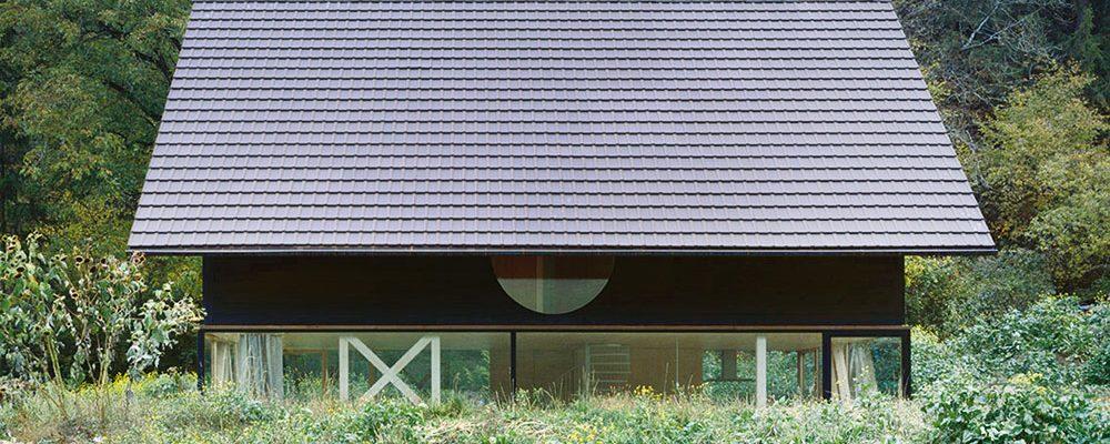 Skrz-naskrz ze dřeva! Stavba z dřevěných panelů má s horskou krajinou intenzivní vztah