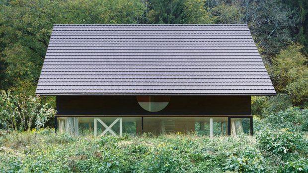 Dům vkrajině. Venkovní vzhled domu vychází zjednoduchého tvarosloví tradičních zemědělských usedlostí vokolí. Optimální odpověď na otázky konstrukce, ekonomičnosti ivzhledu nabídl moderní stavební materiál – panely zkřížem vrstveného dřeva (CLT). FOTO IOANA MARINESCU AARCHIV NOVATOP