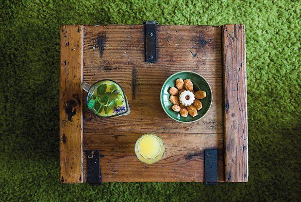 Jako příruční stolek vobývacím pokoji slouží někdejší bedna na náboje, kterou našli ve sklepě. Původně to byla lesnická bytovka. Foto Jakub Čaprnka aNora Sapárová