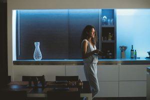 LED světelný pásek Philips Hue Lightstrip Plus spojuje 16 milionů barev vjediném proužku, který můžete nalepit kolem schodů, pod kuchyňskou linku nebo kamkoli jinam. Fantazii se meze nekladou. Foto Philips