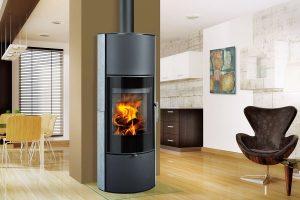Akumulační krbová kamna LAREDO 01 AKUM keramika – Romotop Štíhlá vysoká luxusní akumulační kamna soblíbenou oválnou základnou adlouhodobou schopností sálat dodatečné teplo. Možnost montáže akumulačních prvků nad topeništěm, dlouhodobé sálání tepla. Vhodná pro nízkoenergetické domy. Rádiusové sklo umocňuje pohled do plamenů zrůzných úhlů. Akumulační prvky za příplatek.