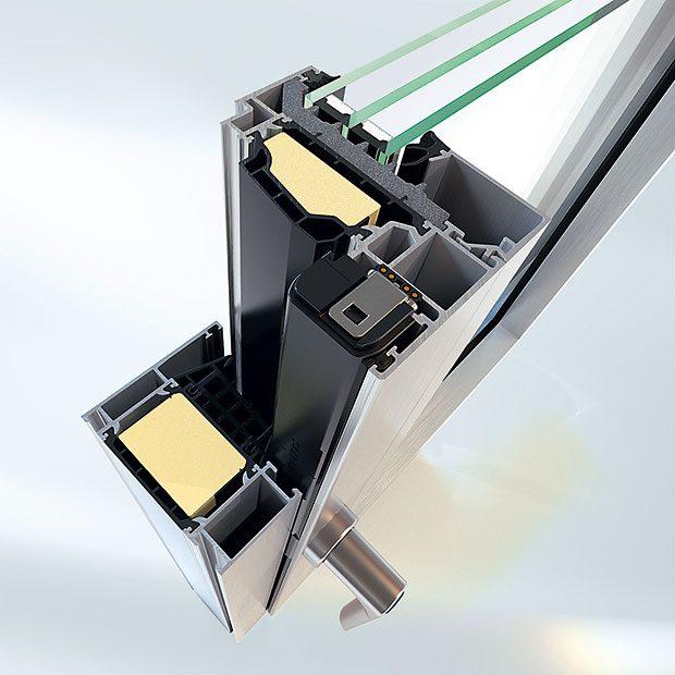 Dálkové ovládání zabudované do systému kování Schüco TipTronic doplňuje okenní systém Schüco AWS aumožňuje elektronickou kontrolu otevření azavření oken, přirozené aautomatické větrání, jakož imotoricky řízené sluneční stínění aochranu před osluněním. Systém TipTronic je možné obsluhovat tlačítkem, prostřednictvím počítače, tabletu, telefonu nebo senzorů (čidla).