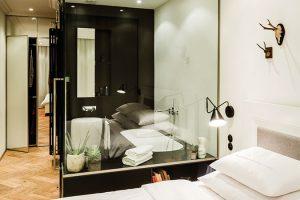 Při návrhu koupelny se architekti inspirovali oblíbeným hotelovým řešením, vrámci něhož je vana přímou součástí ložnice. Slouží jako malé domácí wellness vpřípadě, že chce majitel načerpat nové síly. FOTO TOMÁŠ MALÝ