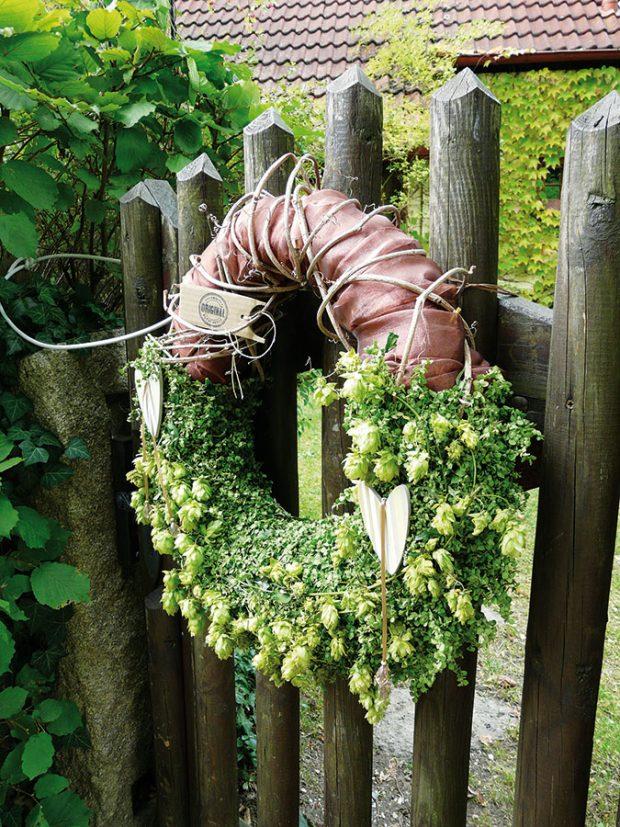 Paní Gebrová dokáže všechny materiály, které vyprodukuje jejich zahrada, zpracovat na tematické dekorace. Znávštěvy zahrady si tak můžete odvézt vzpomínku. FOTO LUCIE PEUKERTOVÁ