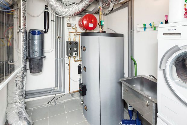 Technická místnost je srdcem celého domu. Nachází se zde jak systém pro vytápění aohřev teplé vody acentrální vysavač, tak ipračka či sušička adřez. Pod stropem je instalována jednotka centrálního systému větrání s rekuperací odpadního vzduchu. FOTO: J.A.P. spol. s r.o.