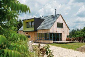 Lehká dřevostavba s betonovou střechou? Při vhodně zvolené krytině žádný problém. FOTO MARTIN ZEMAN