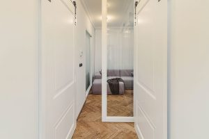 Posuvné dveře se skleněnou vitráží jsou ukryté vnice. Když chce majitel prostor obývací části achodby oddělit, postačí je prostě vysunout. FOTO TOMÁŠ MALÝ