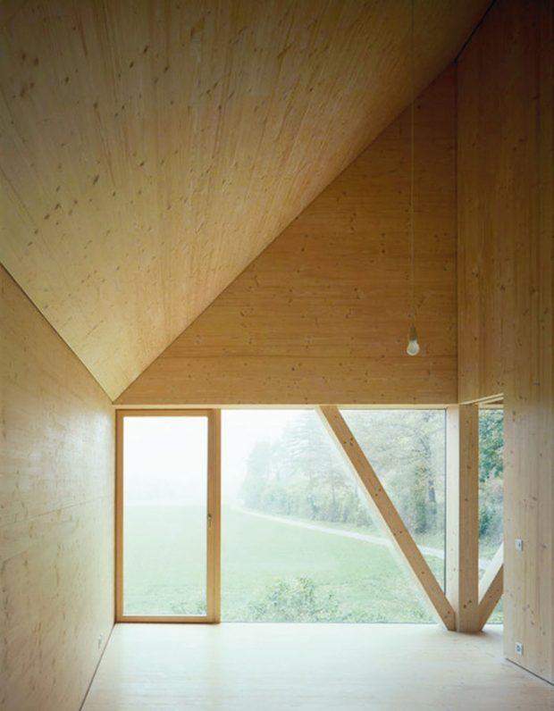Vposchodí jsou dva typy oken: vysoká, která zabírají celou šířku štítových stěn aotevírají daleké výhledy přes louky, avsousední stěně kruhová. Každé zoken přísluší dvěma sousedním místnostem amůže (ale nemusí) být rozděleno posuvnými dveřmi. FOTO IOANA MARINESCU AARCHIV NOVATOP