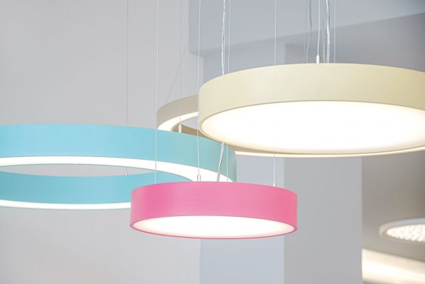 LED zdroje mají velmi vysoký výkon zmalého rozměru – účinnost svítidel je tak 2x vyšší než uzářivkových svítidel. Azásadním benefitem je energetická šetrnost – životnost LED zdroje je až 50 tisíc hodin. Kromě vylepšených technických parametrů je umoderních svítidel kladen důraz zejména na design aatmosféru prostoru, pro který jsou určeny. FOTO HORMEN