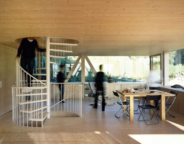 Moderní asmysluplné. Celé přízemí tvoří jediný otevřený prostor, který slouží jako obývací pokoj, jídelna, kuchyň, herna ipracovna. Zasklené plochy na všech stranách podporují dojem vzdušnosti. FOTO IOANA MARINESCU AARCHIV NOVATOP