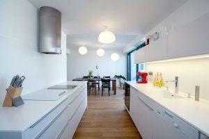 Kuchyň ukrytá za rohem byla šalamounským řešením – měla být spojena s obývacím pokojem, ale ne úplně otevřená, aby nepřekážel pracovní nepořádek, který do ní přináší běžný život. Foto ITB Development
