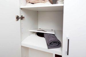 Důmyslné vyřešený shoz špinavého prádla přímo všatní skříni ve druhém patře. Stačí vhodit špinavé prádlo a za pár dní se objeví čisté a složené v šatní skříni. FOTO: J.A.P. spol. s r.o.