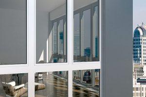 Hliníkový okenní systém Schüco AWS 112 IC (Isulation Cover) je ve své kategorii prvním, který odpovídá kritériím pro pasivní dům. Díky tepelněizolační schopnosti (Uf = 0,8 W/(m2 . K)) apříjemnému designu nabízí útulnou atmosféru bydlení. Nový design rámu křídla navazuje na blokový design (tzv. skryté křídlo) pro štíhlé pohledové šířky.Foto Schüco