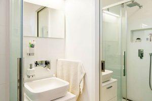 Vkoupelně se musí šetřit prostorem, instalovány byly proto posuvné dveře, na kterých je navíc připevněno zrcadlo. FOTO: J.A.P. spol. s r.o.