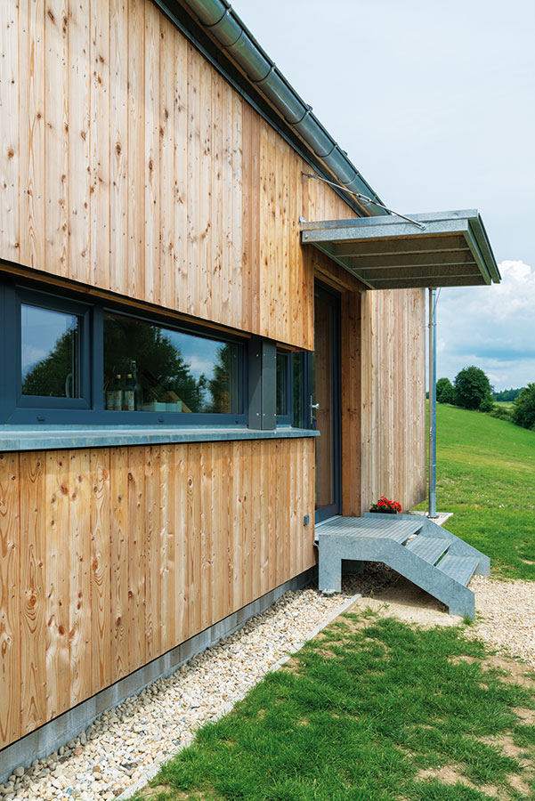 Dům je postaven systémem 2 x 4 (two-by-four). Dostatečná tepelná izolace i zvolená okna umožnila dosáhnout standardu nízkoenergetického domu. FOTO MARTIN ZEMAN