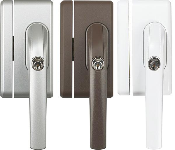 Jako doplněk při zabezpečování oken poslouží uzamykatelná okenní klika ABUS FO 400, která spolehlivě chrání proti nežádoucímu vniknutí do objektu. Instaluje se na zavírací stranu aje vhodná pro okna aokenní dveře sotevíráním dovnitř. Odolává tlaku většímu než 1 tuna avyrábí se vhnědé, bílé astříbrné barvě. Použít ji můžete na plastová idřevěná okna.