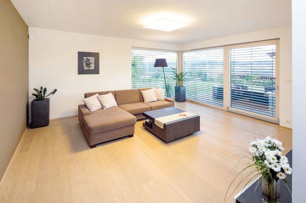 Celému interiéru dominují světle hnědé tóny vkombinaci sbílou abéžovou barvou. FOTO: J.A.P. spol. s r.o.