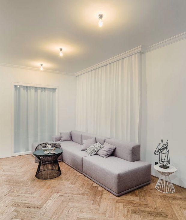 Podlahy v bytě byly ve velmi špatném stavu a nedaly se zachovat. Nové dřevěné parkety však i díky stromečkovému způsobu položení do prostoru výborně zapadly. FOTO TOMÁŠ MALÝ