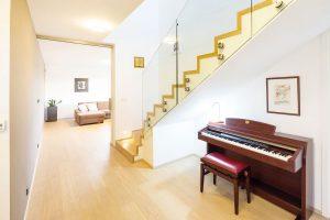 Pod betonové monolitické schodiště, obložené stejným materiálem jako podlaha vhale, umístili majitelé piano. FOTO: J.A.P. spol. s r.o.