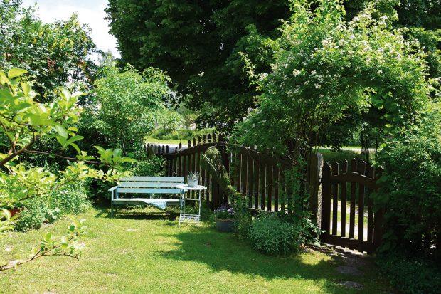 Zahrada určená pro hosty není sice nijak zvlášť rozlehlá, ale oto víc umožňuje nerušený odpočinek mezi květinami astarými odrůdami růží, které jsou během léta doslova obaleny jemnými květy. FOTO LUCIE PEUKERTOVÁ