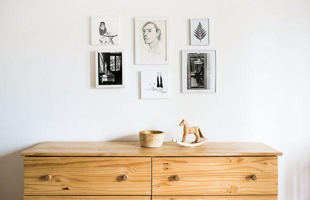 """Mnohé zdekorací vytvořila Zuzana sama: """"Ani na mateřské mi neubylo kreativní energie, takže potřebuji stále něco vytvářet – vyšívám, maluji obrázky, učím se tkát... To mě nyní baví asi nejvíce."""" Foto Jakub Čaprnka aNora Sapárová"""