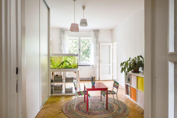 Největší místnost vbytě byla původně obývacím pokojem, dnes slouží jako dětská herna spojená smaminčinou pracovnou – všechno se sem pohodlně vešlo. Děti jsou ještě malé azatím spí srodiči vložnici. Foto Jakub Čaprnka aNora Sapárová
