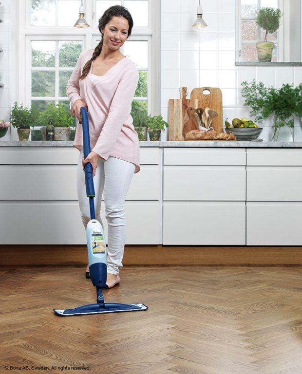 Příliš vody na dřevěné podlaze škodí, může se zvlnit, nabobtnat. Bona Spray Mop jen nastříkáte na podlahu a setřete, takže podlaha je suchá během chvilky. Foto BONA