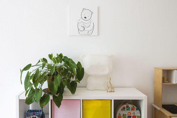 Polyethylenová lampa Pure od italské značky Slide – kultovní design zroku 2011 od LAB 81 je inspirován tradičním plyšovým medvědem. Gumová žirafka je zase důvěrně známou klasikou znašich končin. Foto Jakub Čaprnka aNora Sapárová