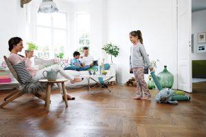 Dřevěná podlaha vydrží po generace, pokud je správně udržována. Například čisticím systémem Bona Spray Mop. zdroj Bona