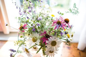 Bylinky ze zahrádky, květiny zlouky, váza od babičky. Ibez drahých doplňků může mít byt úžasnou atmosféru. Foto Jakub Čaprnka aNora Sapárová