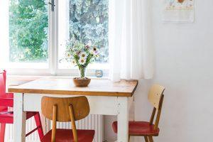 Retro židle imasivní dřevěný stůl tu zůstaly po předešlých majitelích. Dokonale zapadly do atmosféry bytu zpadesátých let, romanticky skrytého ve stínu stromů. Foto Jakub Čaprnka aNora Sapárová