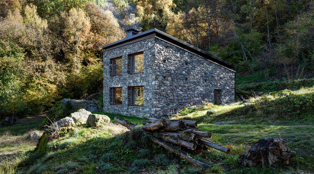 Z ruiny v horách vytvořil architekt nádherný prosvětlený dům s rustikální atmosférou