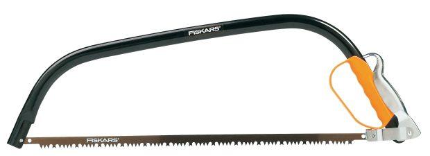 SW31 Fiskars 124810, pila rámová 70 cm, pro řezání menších kmenů asilnějších větví, dvojité ozubení, řeže imokré ačerstvé dřevo, jednoduchá výměna listu, délka 700 mm, hmotnost 770 g, cena 450 Kč