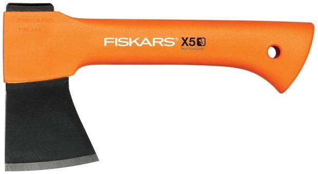 XXS Fiskars X5, univerzální sekera pro přípravu dřeva na rozdělání ohně, klip na opasek pro snadné přenášení, vhodná na trempování, cena 1000 Kč