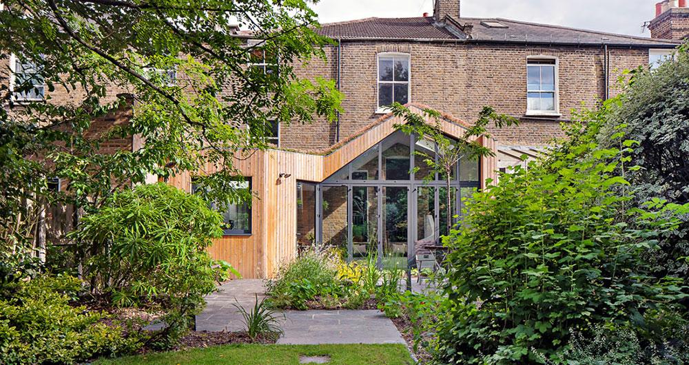 Omrzela je zimní zahrada, tak ji předělali na unikátní přístavbu domu
