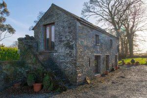 Kamennou stodolu proměnili na romantický domeček pro dva
