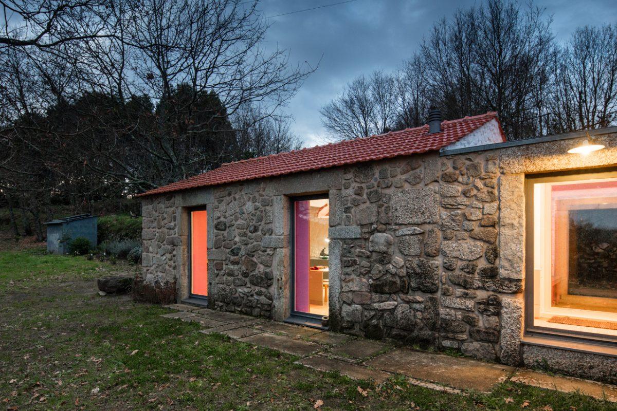 Moderní pastelový interiér byste za zdmi kamenného domu nečekali