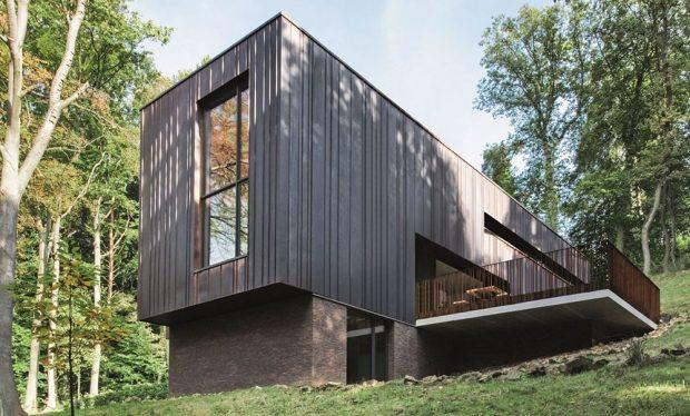 Budova je strukturovaná kolmo ke svahu a fyzikálně i opticky zasazena do terénu. Fasádní panely z mědi charakterizuje přirozená matně hnědá patina. Schüco