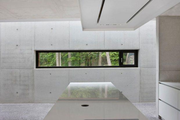 Pohledový beton je dominantním prvkem interiérového designu. Vidět je z části otvíravý okenní element ze systému Schüco AWS 75.SI. fofo Laurent Brandajs