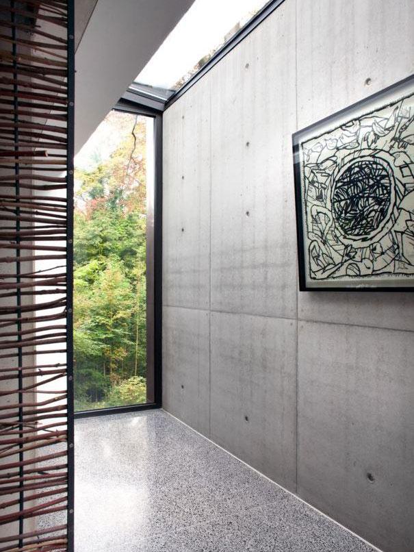 Denní světlo do domu vstupuje také skrze skleněné střešní prvky (využito bylo systému Schüco FW 50+). foto Jasmine van Hevel