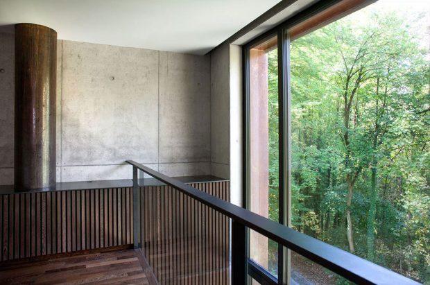 Velké prosklení na západní straně fasády (ze systému Schüco AWS 75.SI). foto Jasmine van Hevel