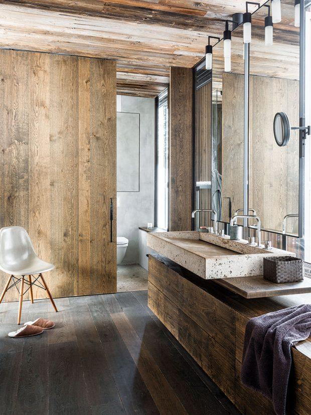 Koupelna nebo obývák? Dřevo apřírodní kámen dělají ztěchto místností prostory, vnichž je radost trávit čas. FOTO CHRISTIAN SCHAULIN