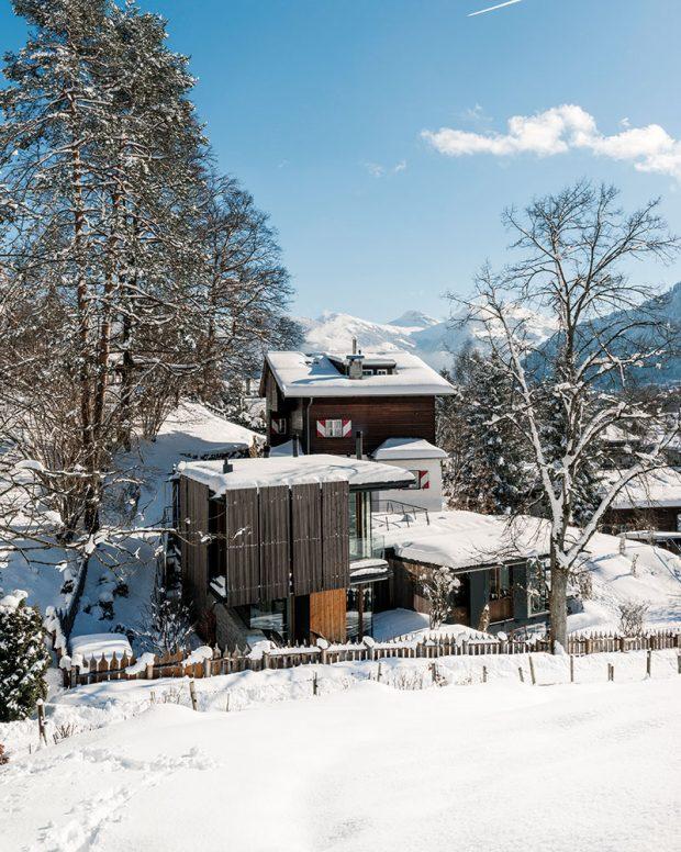 Posuvné dřevěné elementy zdůrazňují otevřenost dispozičního řešení. Vpřípadě potřeby ale dům chrání před zraky okolí. FOTO CHRISTIAN SCHAULIN