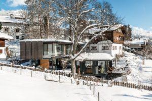 Navýsost moderní dům vtěsném sousedství alpského stavení zdvacátých let minulého století hezky zapadá do krajiny. FOTO CHRISTIAN SCHAULIN