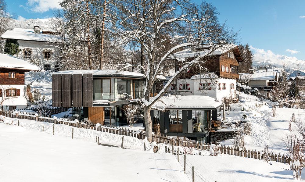 Dokonalá zimní pohádka: Moderní dům v sousedství alpského stavení z dvacátých let