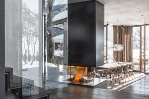 Srdcem obývací části je krb – teplo zněj pomáhá igeotermálnímu čerpadlu, které dům vytápí. FOTO CHRISTIAN SCHAULIN